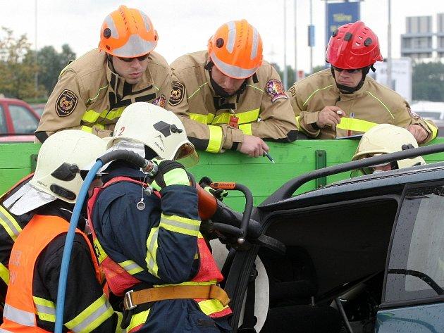 Hasiči soutěžili ve vyprošťování zraněného člověka z vybouraného auta.