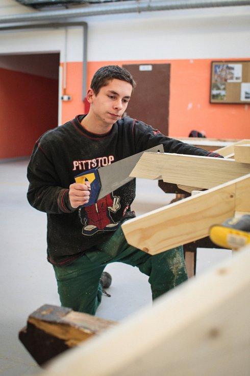 Praktické vyučování v dílnách je nedílná součást studia na učilištích. Pracují v nich i studenti Střední školy stavebních řemesel v brněnských Bosonohách.