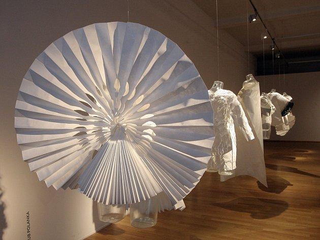 Nová výstava Moravské galerie v Brně představuje rozličné pohledy současných módních designérů na oděvní siluety v 21. století.