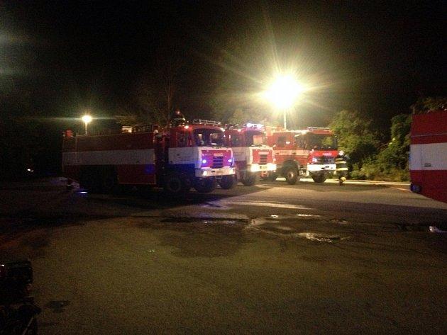 Plameny šlehající z padesáti metrového přístřešku v Moravských Bránicích na Brněnsku v noci na středu zaměstnaly jedenáct hasičských jednotek.