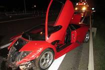 Čtyřiatřicetiletá řidička luxusního auta nezvládla v sobotu krátce po deváté hodině večer řízení. Se svým červeným Lamborghini bourala na dálnici D1 u Brna.