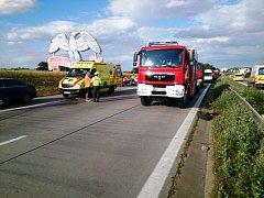 Čtyři zraněné a uzavírku si vyžádala pondělní nehoda, která se stala po šesté hodině večer na 214. kilometru dálnice D1 mezi sjezdy na Rousínov a Holubice směrem na Brno.