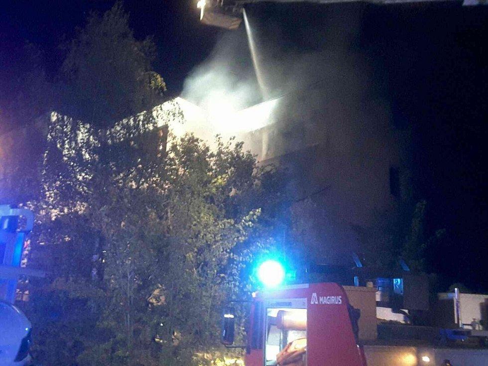 K požáru přízemí a dvou pater rodinného dobu v brněnských Kohoutovicích vyjíždělo v noci na středu pět jednotek hasičů.