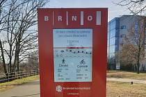 Totem ukazující počty pěších a cyklistů na cyklostezce podél řeky Svratky u Novosadského mostu v Brně.