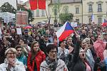 Na brněnském Dominikánském náměstí demonstrovali lidé za nezávislou justici už popáté. Podpořit je přijel zpěvák Tomáš Klus nebo předseda spolku Milion chvilek pro demokracii, který demonstrace celostátně zaštiťuje, Mikuláš Minář.