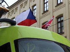 Česká vlajka zdobila v neděli 28. října tramvaje jezdící po městě Brně. Při příležitosti svátního svátku.