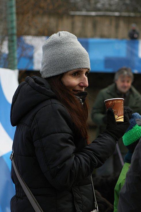 Desítky otužilých nadšenců se účastnily kryathlonu na Olympijském festivalu v Brně.