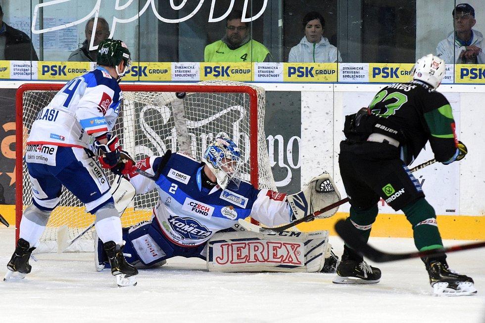 HC Kometa Brno v bílém (Lukáš Dostál) proti HC Energie Karlovy Vary.