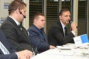 Panelová diskuze Deníku v brněnském Vida centru s hejtmanem Jihomoravského kraje Bohumilem Šimkem. Na snímku vpravo ředitel centra služeb firmy ENBRA Radovan Slaný.