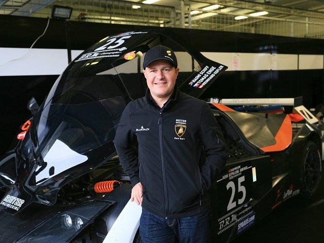 Automobilový závodník Tomáš Enge.