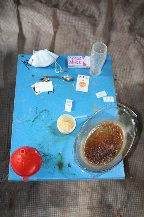 V policejních poutech skončila osmice Jihomoravanů, kteří nejméně od jara vyráběli a prodávali pervitin.