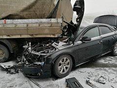 Nehoda pěti aut a náklaďáku na dálnici D2