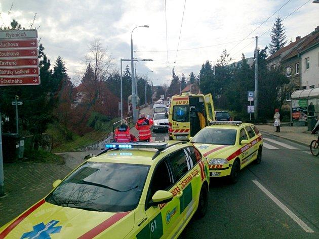 Vážným zraněním skončila ve středu krátce po poledni nehoda osobního auta s chodcem na křižovatce ulic Rybnická a Kulichova v Brně.