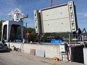 Dvaadvacet tun vážící rychlouzávěr namontovali energetici na hrázi Brněnské přehrady.