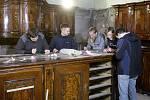Víc než čtyřicítka českých a německých studentů se podílí na opravách poškozeného barokního mobiliáře brněnského kostela Nanebevzetí Panny Marie v Jezuitské ulici.