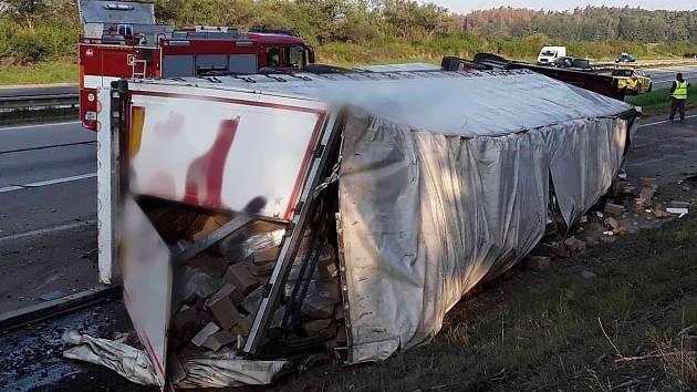 Převrácený kamion zablokoval dálnici D1. Tvoří se několikakilometrové kolony