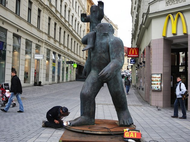 Marius Kotrba: Kryštof nesoucí Ježíška, 120 x 410 x 120 cm.