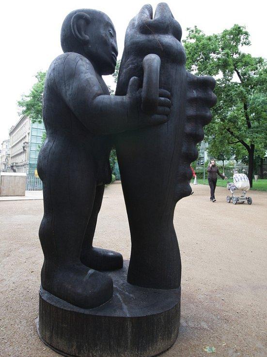 Jaroslav Róna: Muž s rybou, 180 x 109 x 88 cm.
