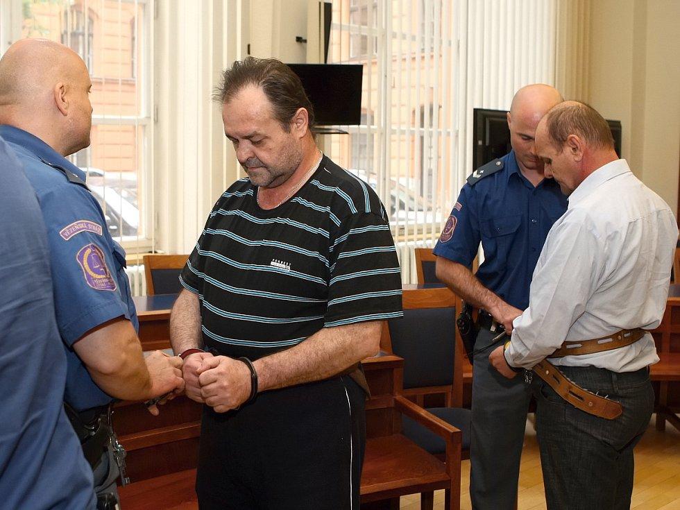 Trojice Karel Dubský (světlá košile), Josef Dubský mladší a Josef Dubský u brněnského krajského soudu.
