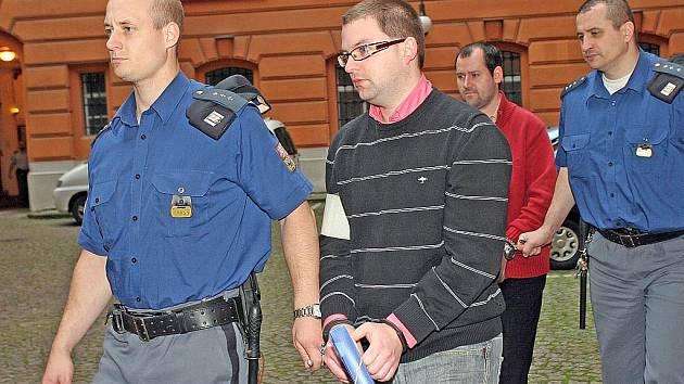 Policejní eskorta přivádí Roberta Justycha a Marka Mřihlada.
