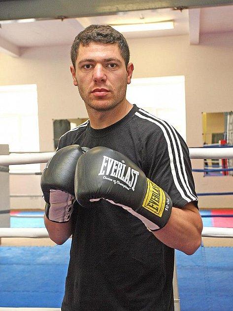 Původem arménského boxera Vardana Besaljana, který bydlí v Brně, čeká mistrovství Evropy v Rusku.