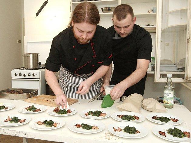 První brněnská bytová restaurace Debut: Josef Skládanka (vlevo) a Vladimír Kokolia se ve vaření střídají. Výuční list kuchaře nemá ani jeden z nich.
