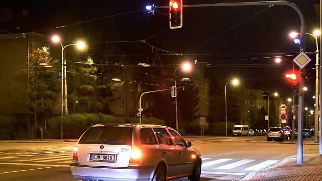 Červená na semaforech v nočním provozu v Brně.