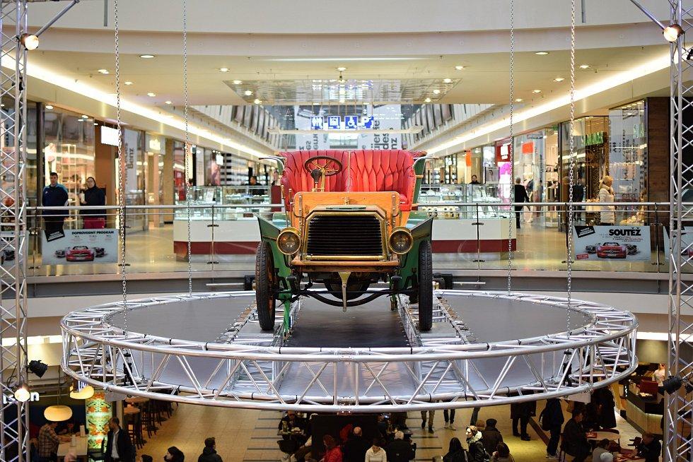 Návštěvníci galerie Vaňkovka mají možnost prohlédnout si na výstavě Žijeme Mercedes-Benz první automobil na světě poháněný spalovacím motorem.