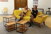 Lucie Černochová (vpravo) navrhla pohovku Chenille sofa, se kterou vyhrála kategorii design nábytku