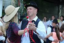 V sobotu se konaly hody v brněnském Novém Lískovci. Krojovaní tam večer zatančili Moravskou besedu.