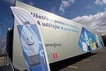 Propagační kamion EU k úsporám energií u nákupního centra Olympia.