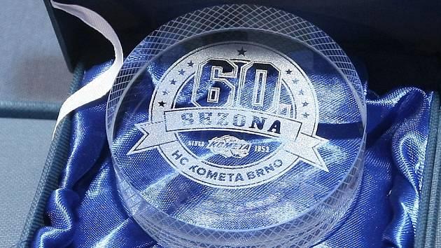 Hokejová Kometa u příležitosti oslav 60. výročí založení klubu odhalila desku legend, na níž jsou vytesána jména všech hráčů, kteří pro klub v minulosti vyhráli ligový titul.