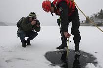 Měření ledu na brněnské přehradě