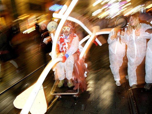 Při průvodu na akci Mařena se studenti v maskách klaněli významným brněnským stavbám a líbali orloj na náměstí Svobody.