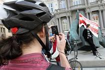 Několik desítek cyklistů se v pondělí po páté hodině vydalo na protestní cyklojízdu frekventovanými ulicemi Brna s názvem Koliště Kolům. Hromadnou jízdou přes Husovu a Nádražní ulici či Koliště chtěli upozornit na nedostatek cyklotras v centru Brna.