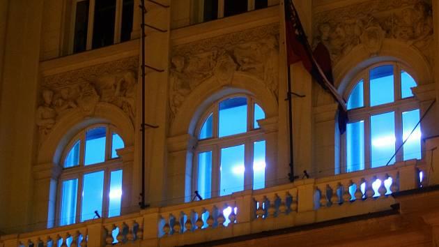 Krajský úřad zalilo modré světlo. Kvůli podpoře lidí s autismem.