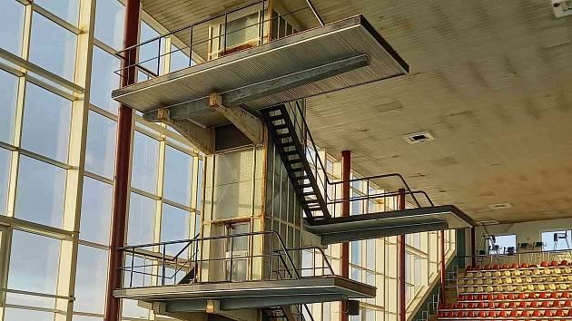 Do lužáneckého bazénu se vrhnou z nové věže. Při opravě zmizí nepoužívaný výtah