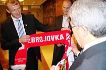 Dostálek ze Zbrojovky předává prezidentovi madridského Atlética Enriquemu Cerezovi brněnskou šálu.