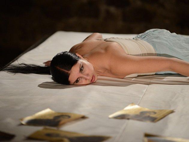 Monodramatická sonda Viva la Vida! Frida? nahlíží do duše známé mexické malířky Fridy Kahlo, kterou ztvárňuje Eva Ventrubová. Inscenaci nastudoval režisér Aleš Bergman, autorkou překladu je Jana Montorio Doležalová.