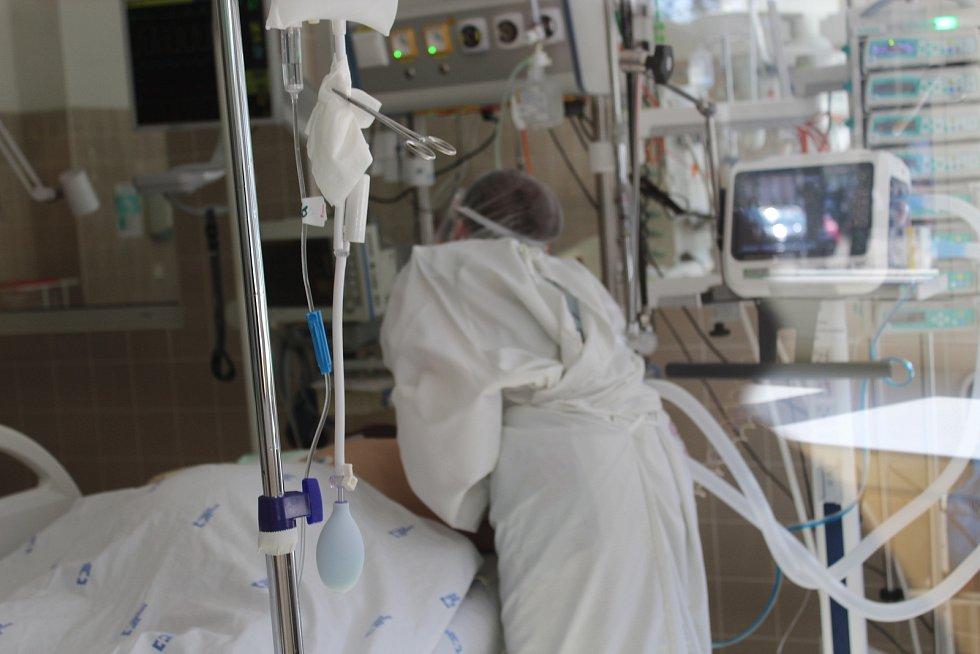 Jednotka intenzivní péče ve Fakultní nemocnici Brno.