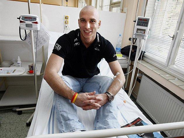 Čtyřiadvacetiletý badmintonista Petr Koukal, jemuž lékaři diagnostikovali rakovinu varlat během chemoterapie na denním stacionáři Onkologické kliniky VFN v Praze na Karlově náměstí 11. listopadu 2010.