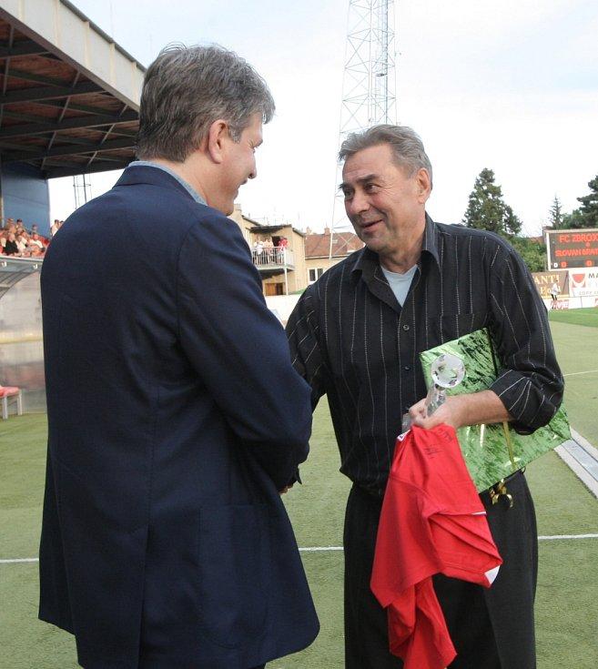 Primátor Brna Roman Onderka gratuluje legendě Zbrojovky Karlu Kroupovi.