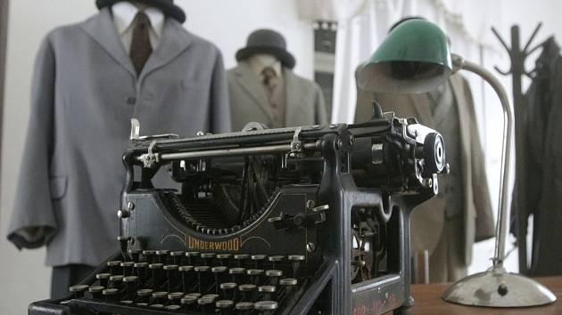 Nová výstava v letohrádku Mitrovských na Starém Brně představuje nejslavnější, fiktivní i skutečné vyšetřovatele a detektivy napříč celým stoletím.