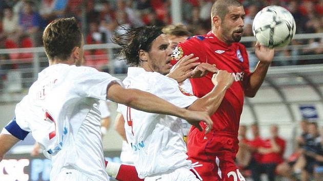 V závěru zápasu se pouštěli do útočení i obránci - včetně Petra Pavlíka (v červeném).