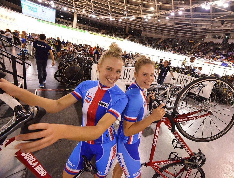 Dvojčata Sára a Ema Kaňkovské, dráhové cyklistky Dukly Brno.