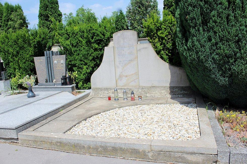 Na šlapanickém hřbitově v pátek 2. června bude po zádušní mši uložena do země.