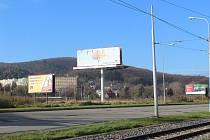 Billboardy v ulici Kníničská v městské části Brno-Komín.