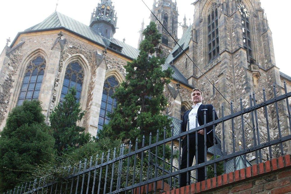 """Katedrálu svatého Petra a Pavla zná Petr Vokřál dobře. """"Můj děda byl šéf kůru na Mendláku a skladatel varhanní hudby. Měl jsem několikrát možnost si jeho hudbu poslechnout i na Petrově. Je to pro chrámovou hudbu nejatraktivnější prostředí v Brně,"""" říká."""