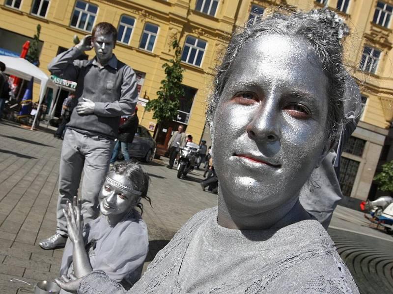 Studenti středních škol se snaží zapůsobit na lidi nejrůznějšími maskami. Čím víc jsou originální, tím mají vetší šanci na pořádný výdělek.