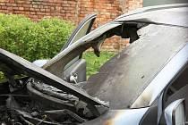 Požár motoru auto zničil.